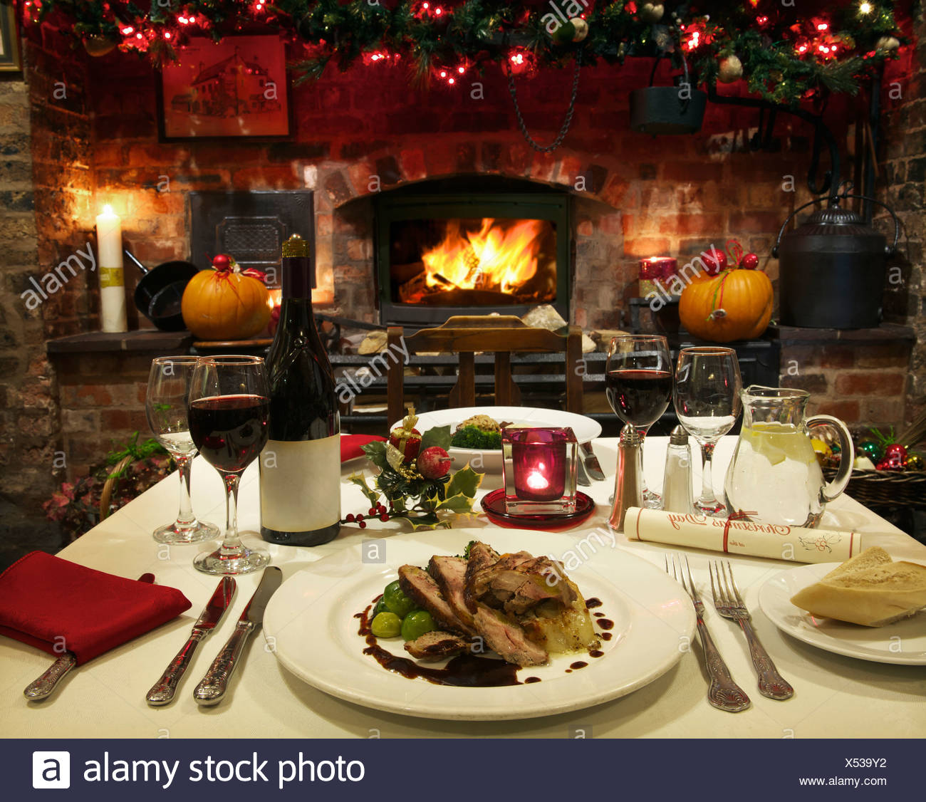 Table laid for Christmas dinner - Stock Image