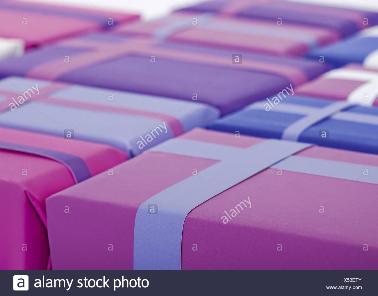 Geschenkpaeckchen, violett, lila - Stock Image