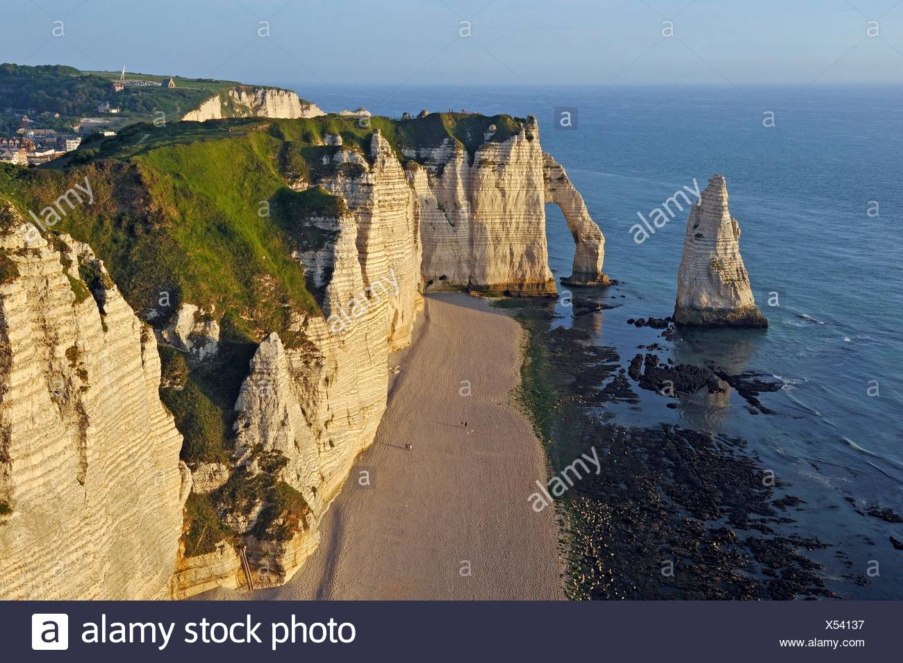 chalk cliffs with arch and ´´l´Aiguille´´ (the Needle), Etretat, Seine-Maritime department, Normandie region, France, Europe. - Stock Image