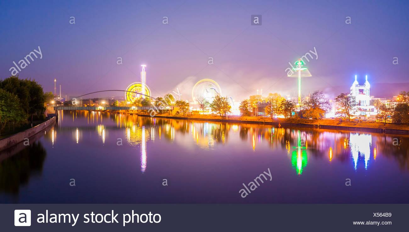 Deutschland, Baden-Württemberg, Stuttgart, Bad Cannstatt, Fluss Neckar, Canstatter Wasen, Cannstatter Volksfest, Fahrgeschäfte, Achterbahn, Riesenrad, - Stock Image