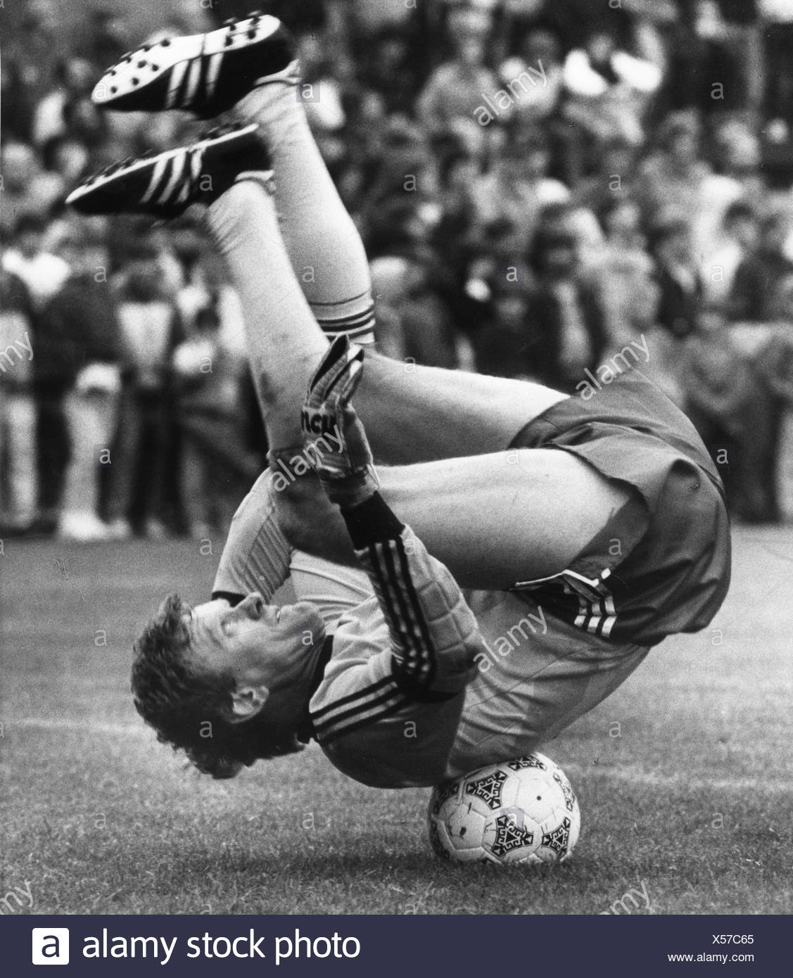 Maier, Josef 'Sepp', * 28.2.1944, German athlete (football), full length, balancing on a soccer ball, 1984, , Additional-Rights-Clearances-NA - Stock Image
