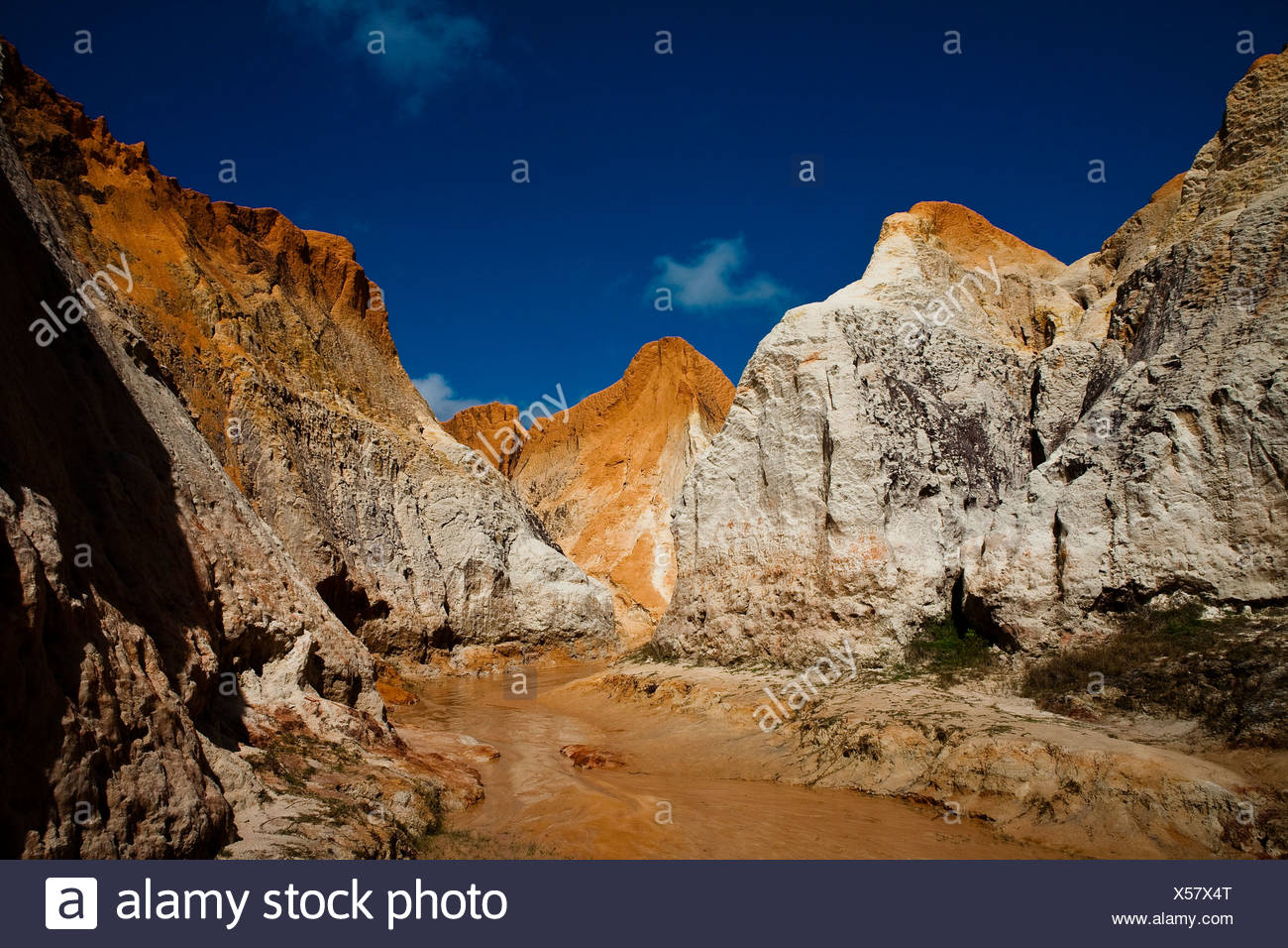 Morro Branco beach multi-colored cliffs and labyrinths, Ceara State, Northeast Brazil. - Stock Image