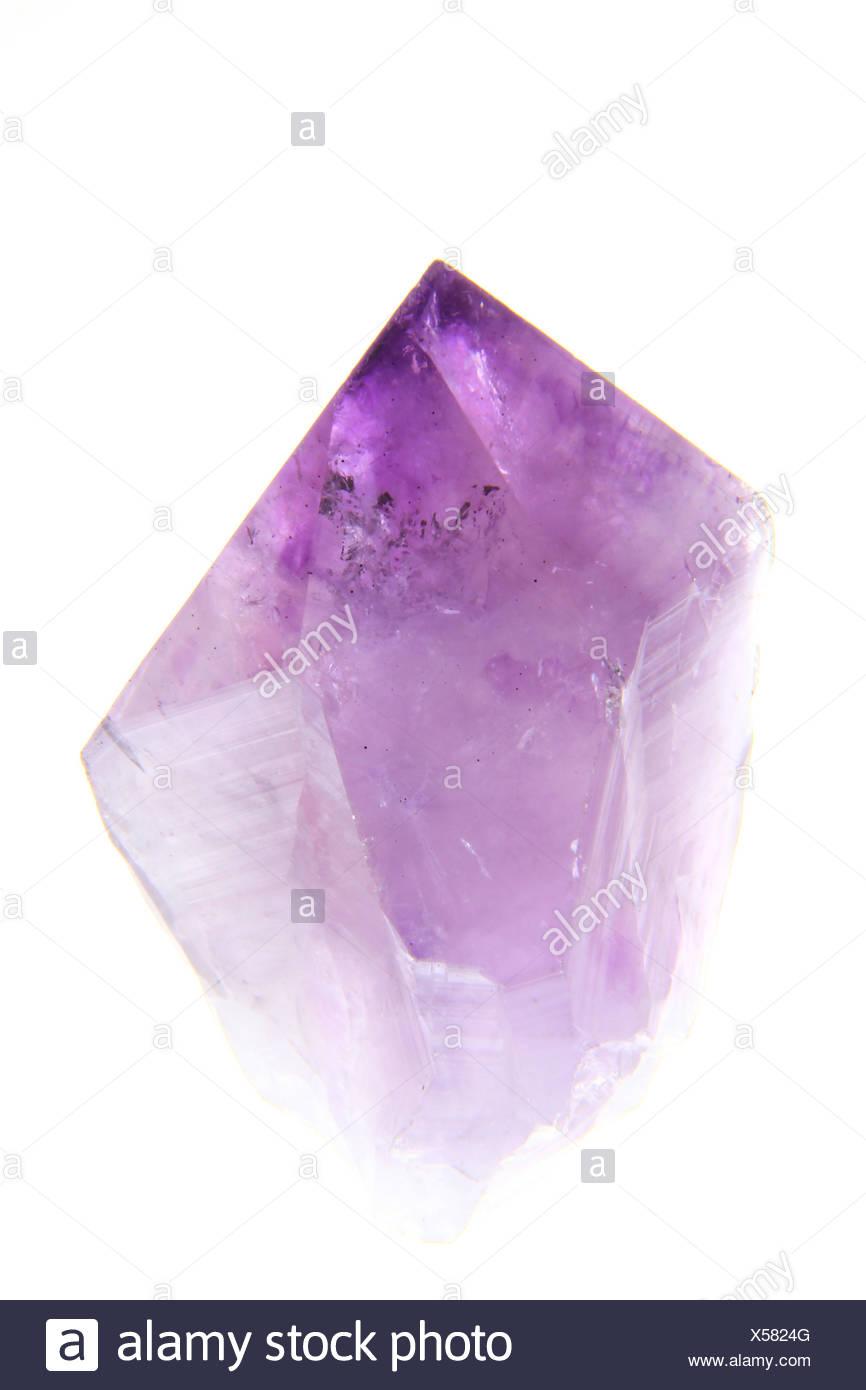 Amethystkristall freigestellt vor weißem Hintergrund - Stock Image