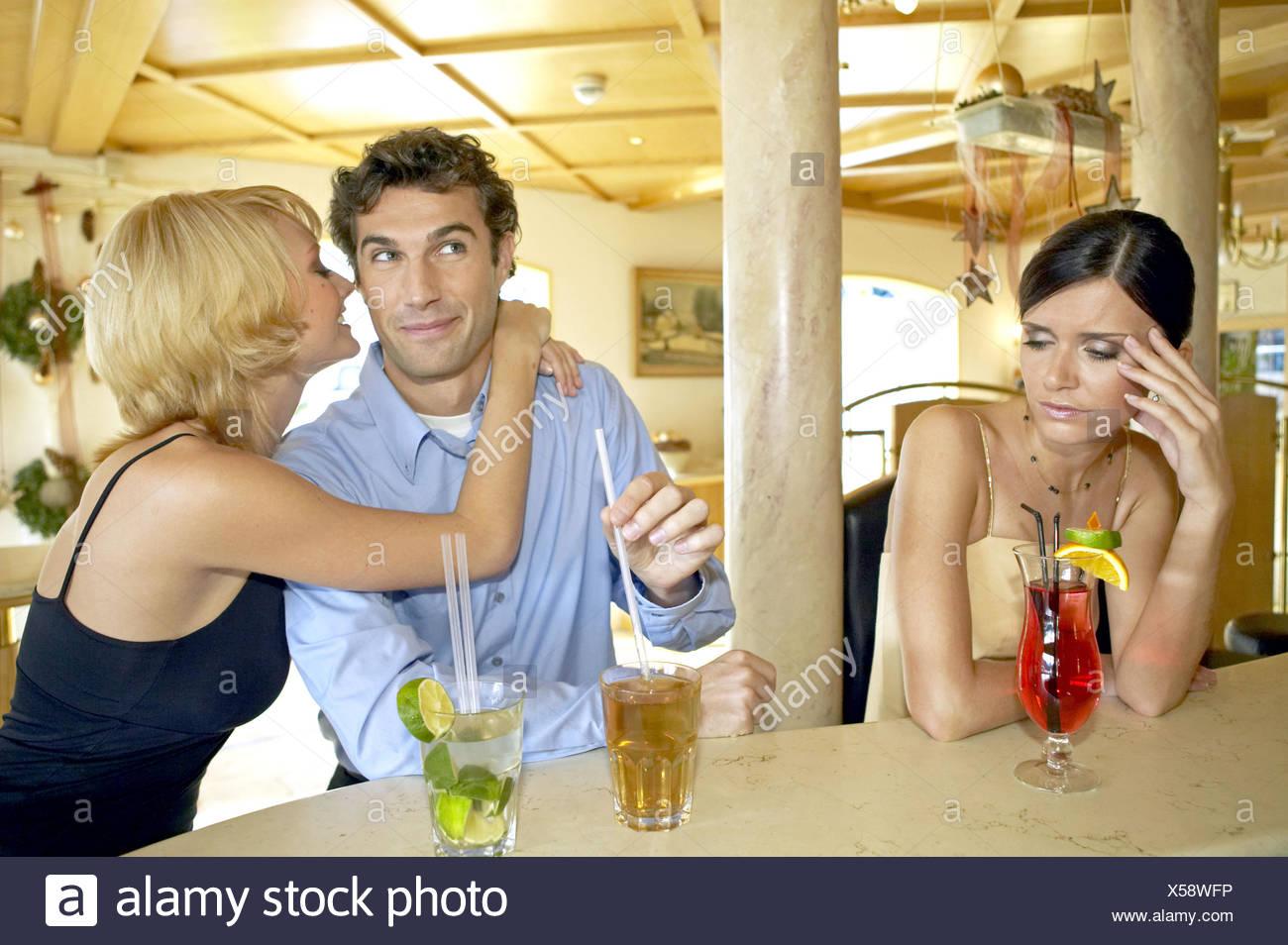 Mann flirtet eifersucht