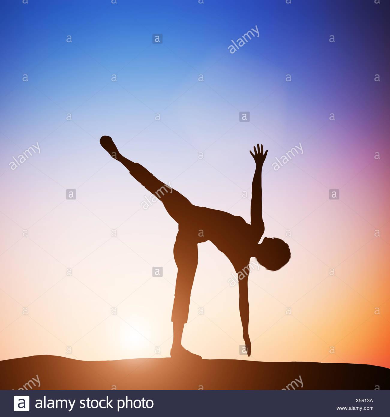 Woman in half moon yoga pose meditating at sunset. Zen - Stock Image