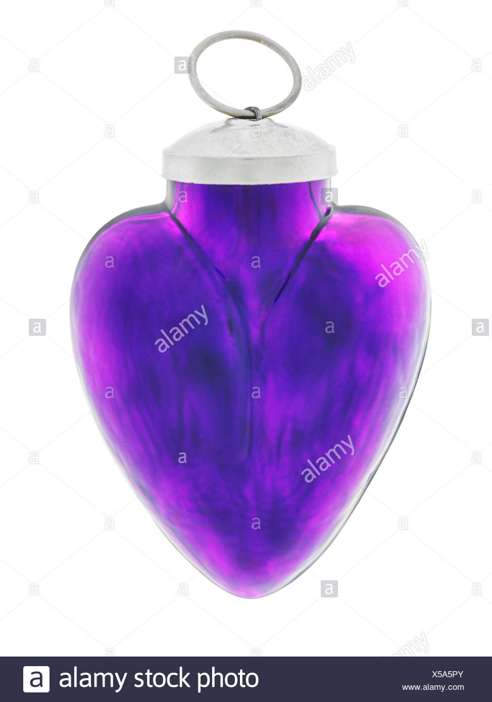 lila Herz aus Glas auf weiß - Stock Image