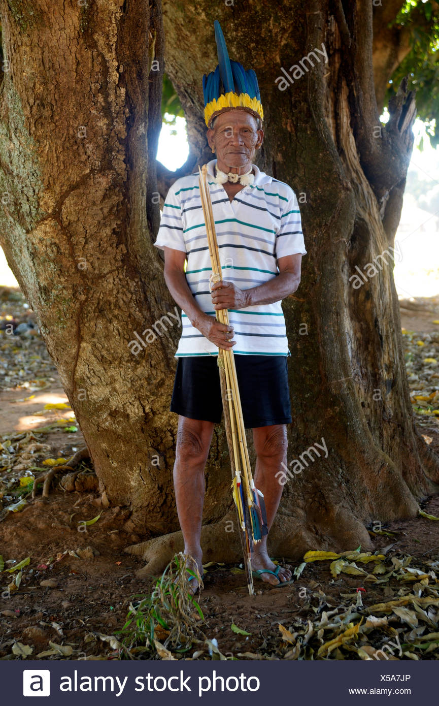 Cacique of the Xavante people, indigenous tribe, with the headdress of a chief, armed with bow and arrow, Primavera do Leste - Stock Image
