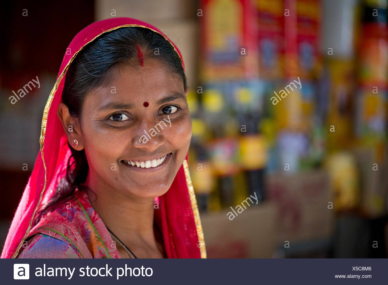 Smiling Indian woman wearing a dupatta scarf with a bindi, portrait, Jodhpur, Rajasthan, India - Stock Image