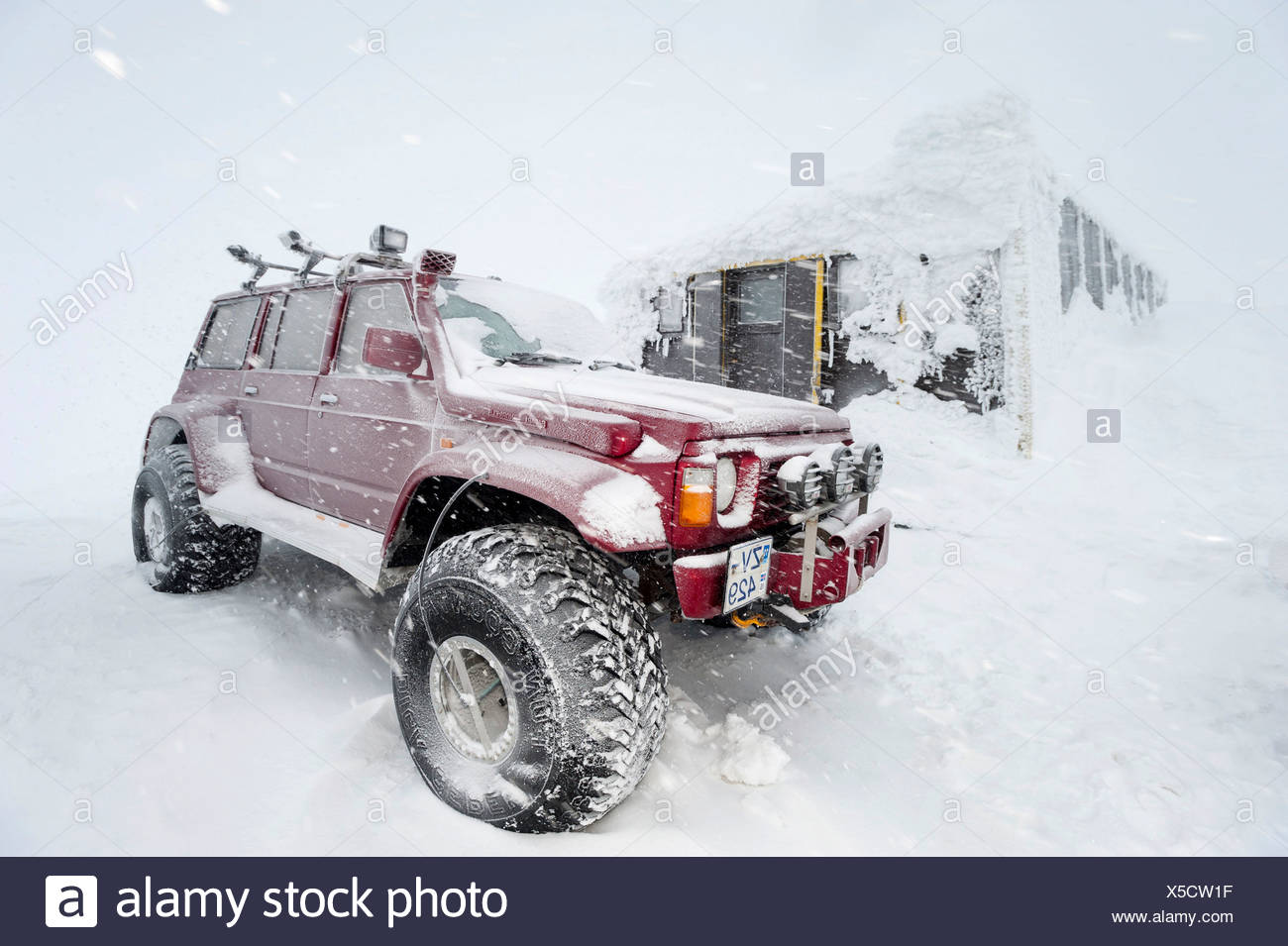 Super Jeeps in front of the snow-covered and frozen Grímsvoetn Hut, Icelandic Highlands, Iceland, Europe Stock Photo