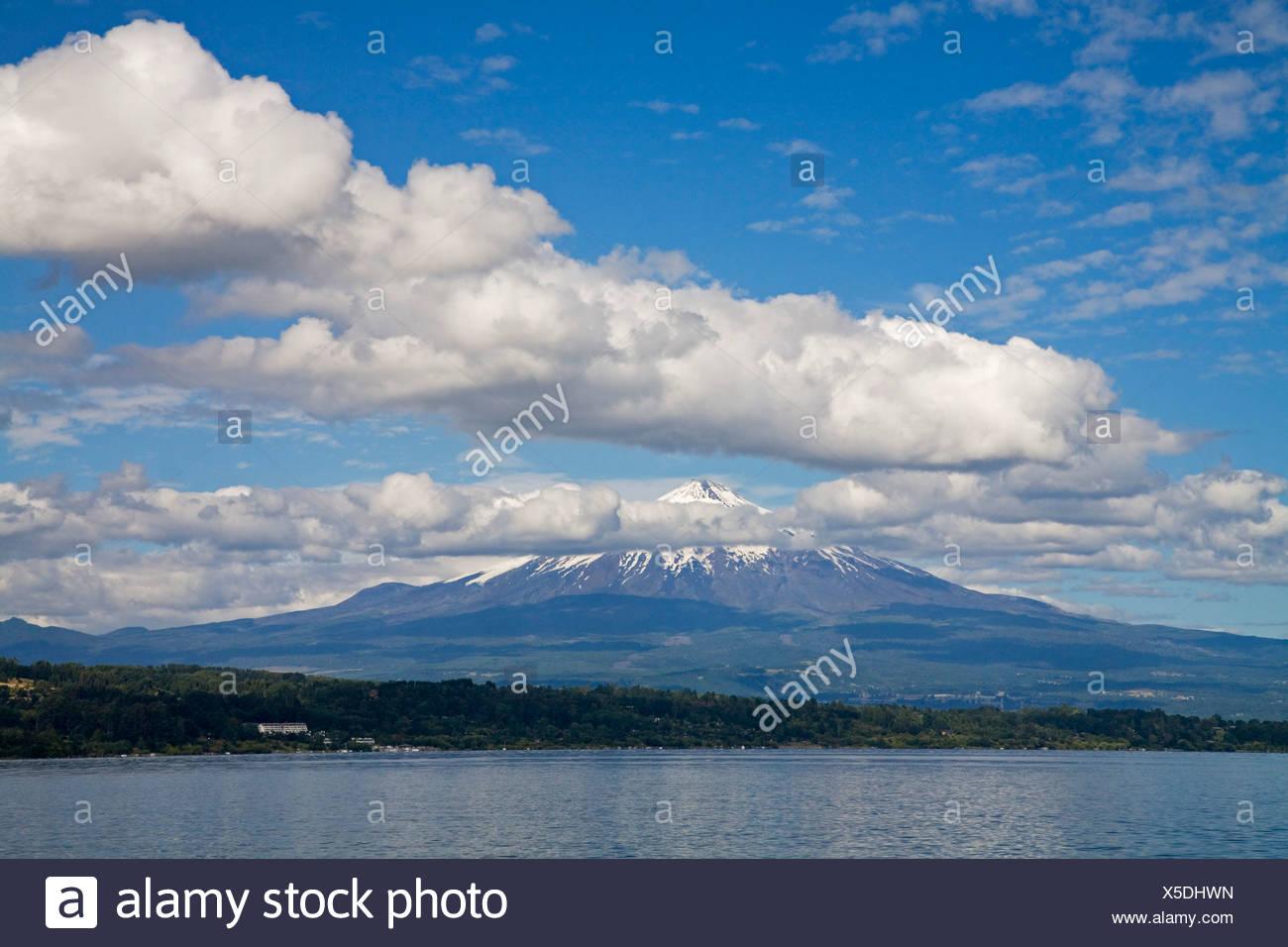 Vulcano Villarrica at the lake Lago Villarrica, Chile, South America - Stock Image