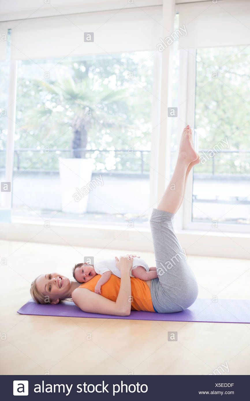 Mother and baby doing yoga - Stock Image