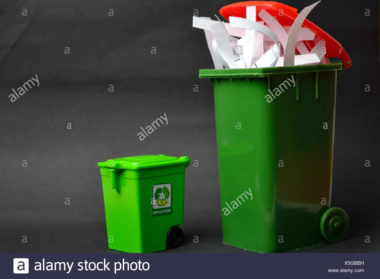 freigestellter Altpapiercontainer und Recyclingtonne Stock Photo