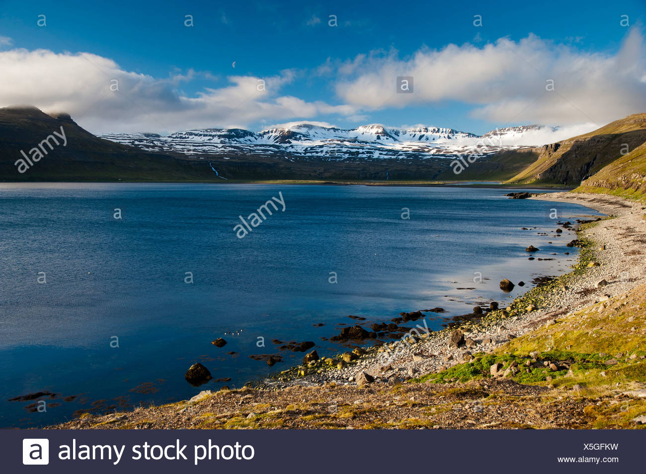 View towards the hinterland from Hornvik Bay, stone beach on the hiking trail to the bird cliffs of Hornbjarg, Hornstrandir - Stock Image