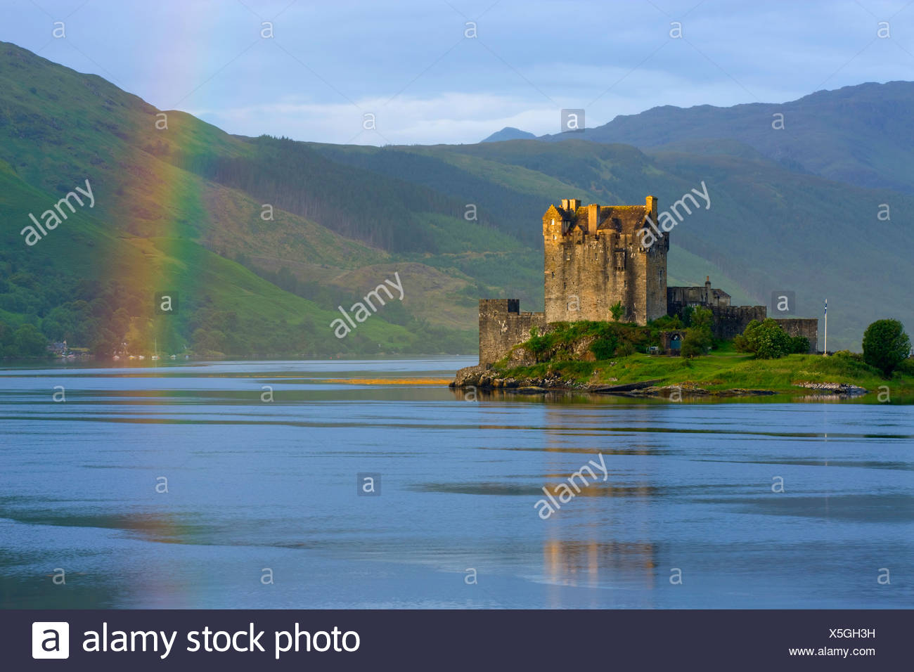 Eilean Donan Castle, Great Britain, Scotland, Europe, sea, coast, tides, flood, island, isle, castle, thunderstorm mood, rainbow - Stock Image