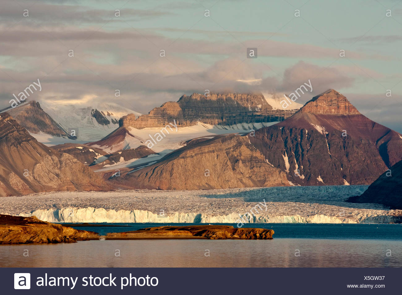 view from Ny Alesind ober a glacier to Dronningfjella, Norway, Svalbard, Kongsfjord, Ny Alesund Stock Photo