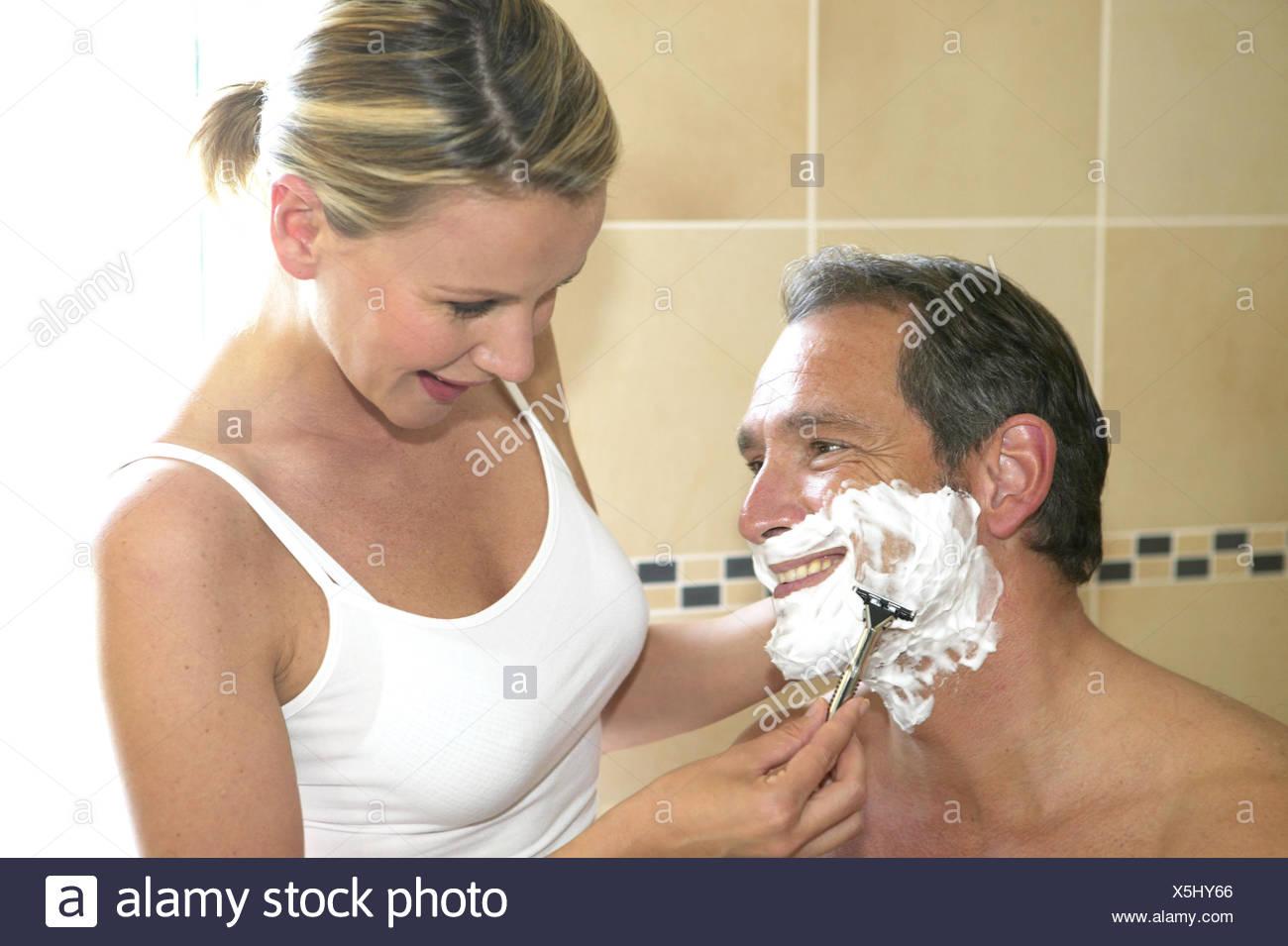 Bad Frau Mann Gesicht Schaum Paar Partnerschaft Beziehung Morgen Gemeinsam Pflege Gesichtspflege Rasur Nassrasur Rasieren Rasier - Stock Image