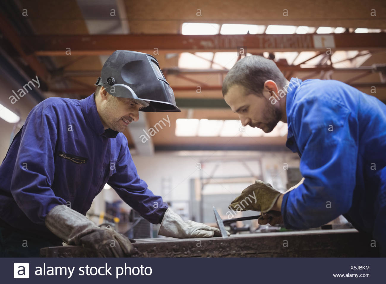 Tradesmen working together - Stock Image