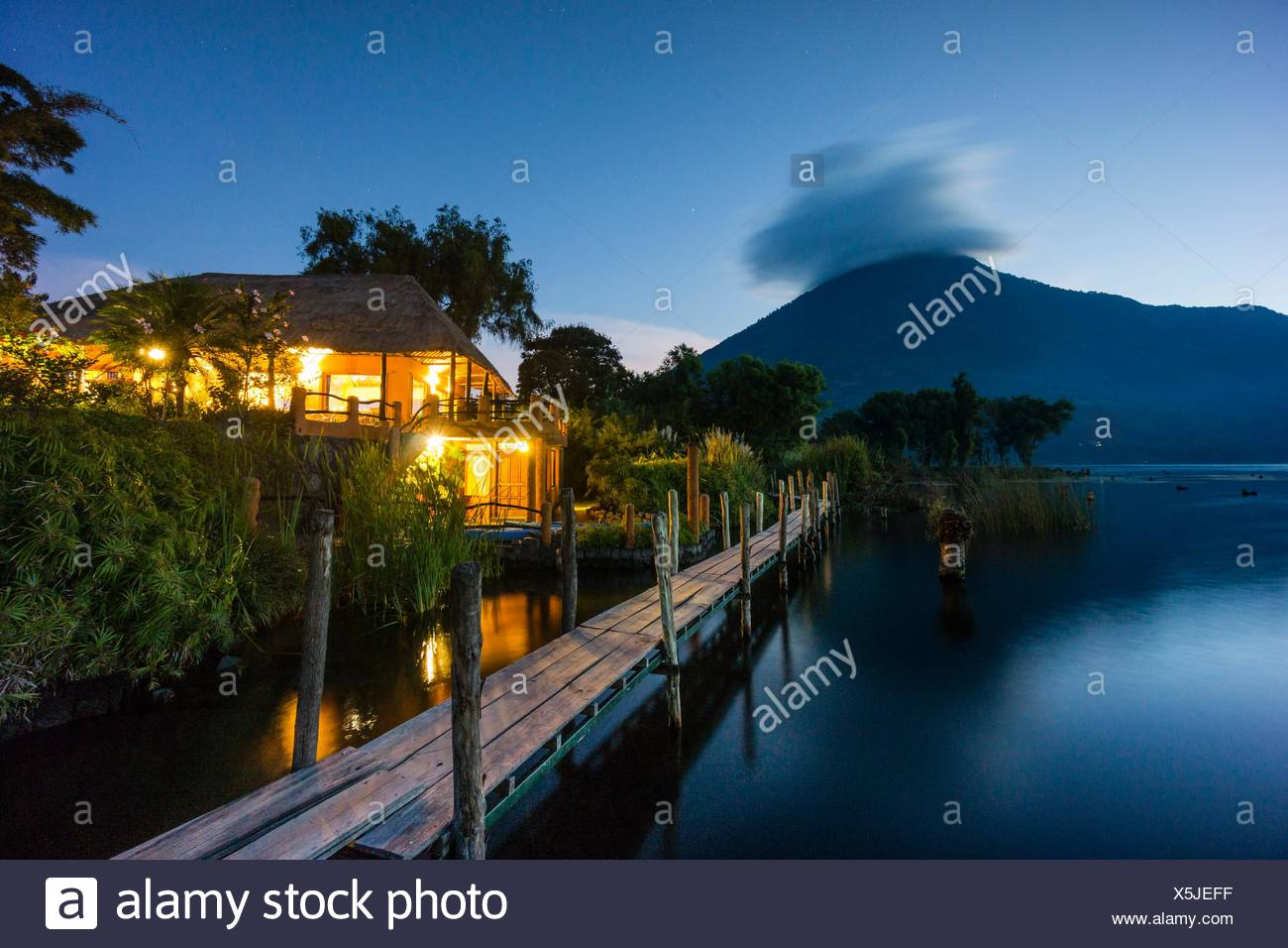 hotel a la orilla del lago y volcán San Pedro, suroeste de la caldera del lago de Atitlán , Santiago Atitlán. Tiene una altitud de 3. 020,Guatemala, - Stock Image
