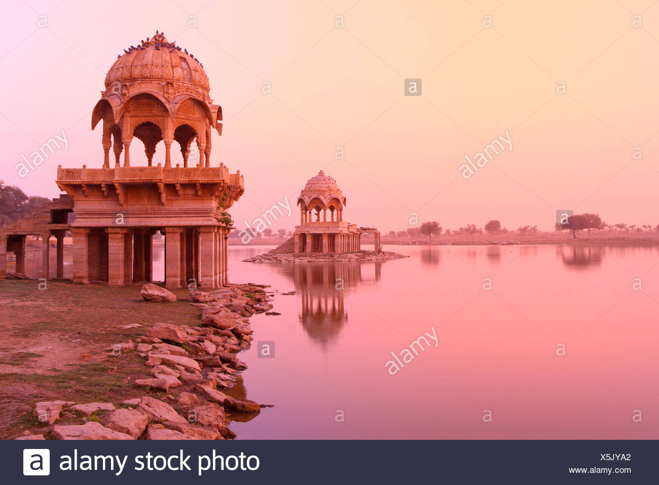 Lake Gadi Sagar, lake, morning, sunrise, mystical, mysterious, quiet, reflection, shore, pavilion, idyllic, idyl, tourist, Jaisa - Stock Image