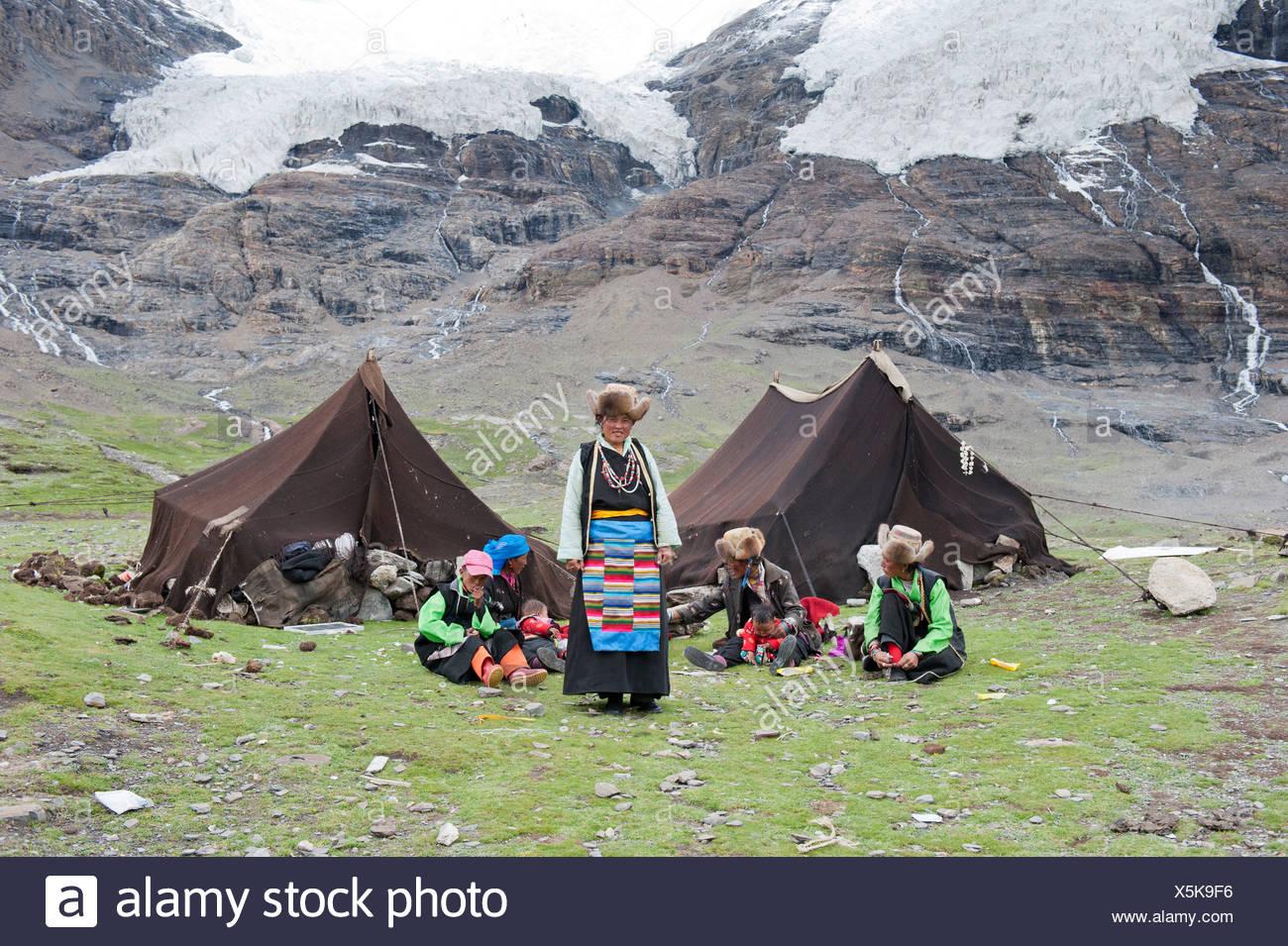 Tibetans, tents made of yak wool, camp on the Karo-La glacier, between Nanggartse and Gyantse, Himalaya Range, Central Tibet - Stock Image