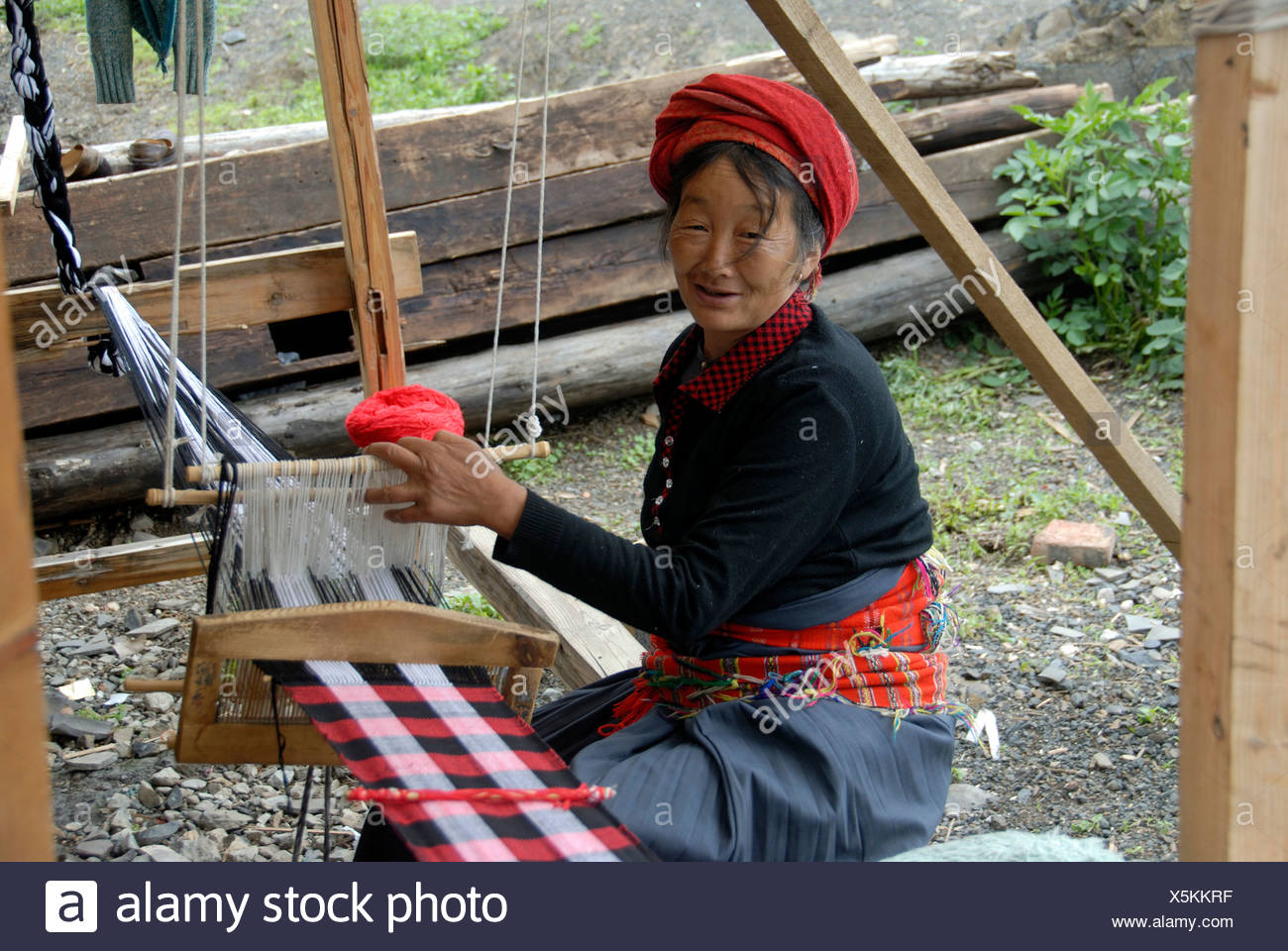 Weaving, ethnology, woman of the Mosu ethnicity weaving cloth on the loom, Lige, Lugu Hu Lake, Yunnan Province, People's Republ - Stock Image
