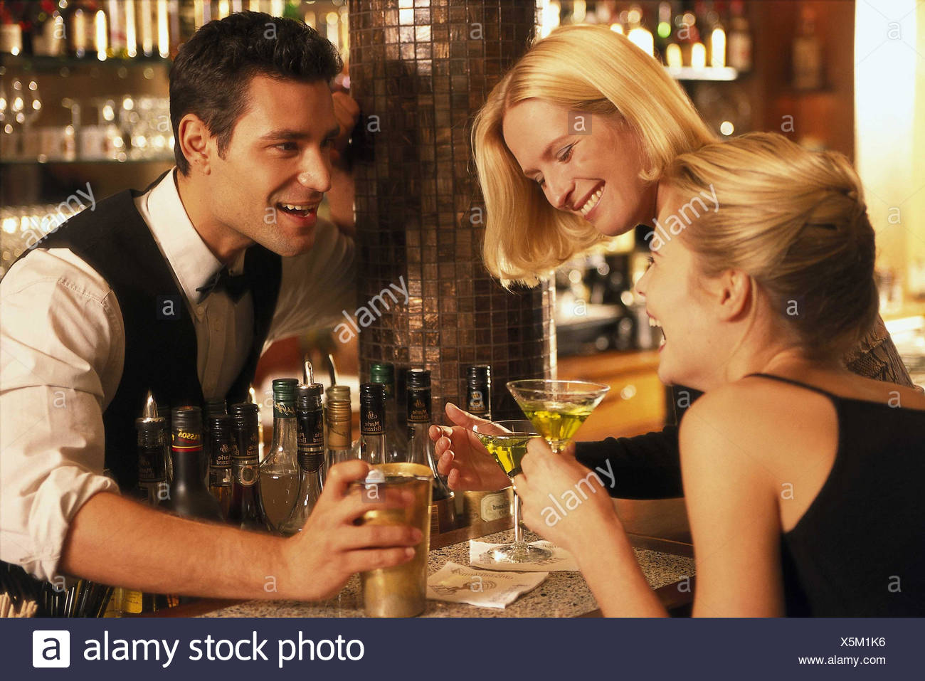 Locally, barkeepers, counter, women, young, happy, flirtation, conversation, women, bar, bar, go out, drink fun, friends, friends, entertainment, fun, amusement Stock Photo