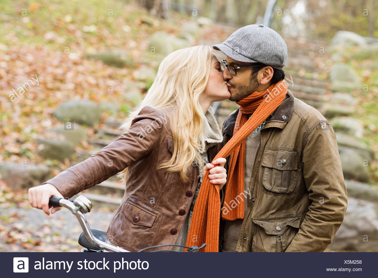 Couple kissing in park - Stock Image