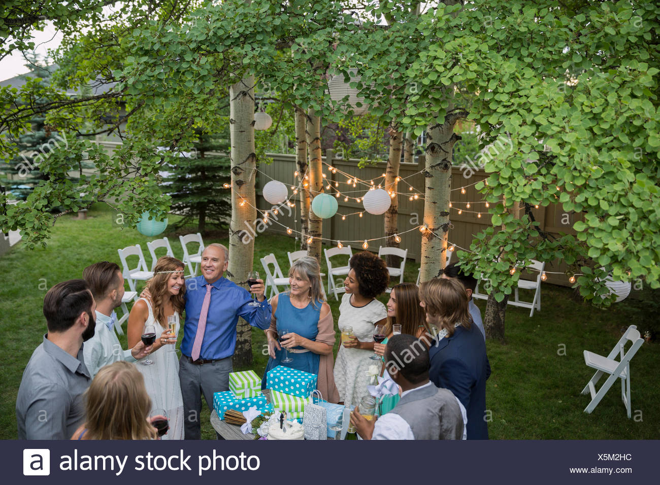 Father of bride giving toast backyard wedding reception - Stock Image
