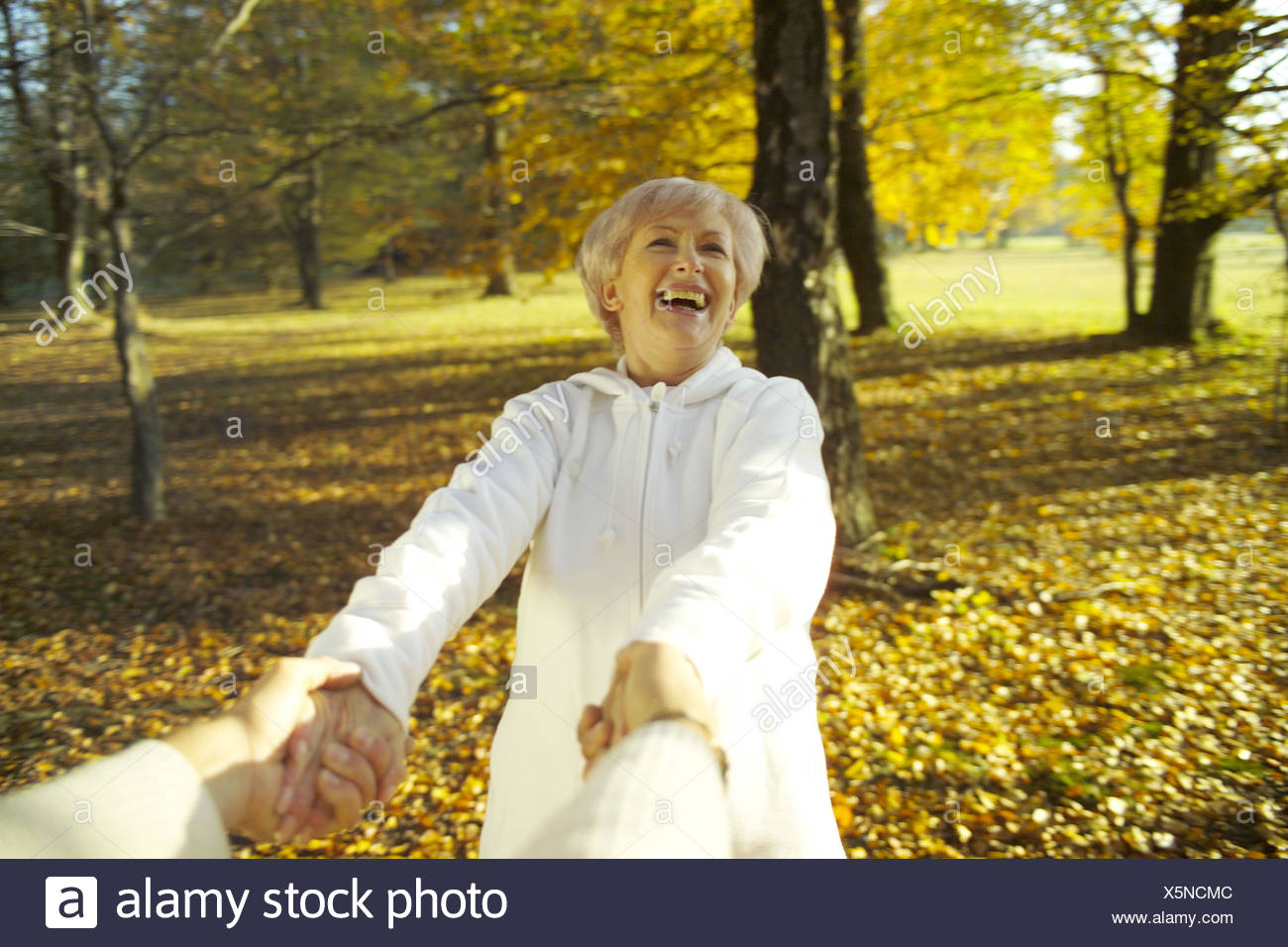 Senior couple, hands hold, rotate, laugh, melted, happy, detail, 50-60 years, 60-70 years, couple, senior citizens, pensioners, Best Age, healthy, carefree, lighthearted, fit, actively, agile, actively, Jung-remaining, man, detail, hands, partner, woman, - Stock Image