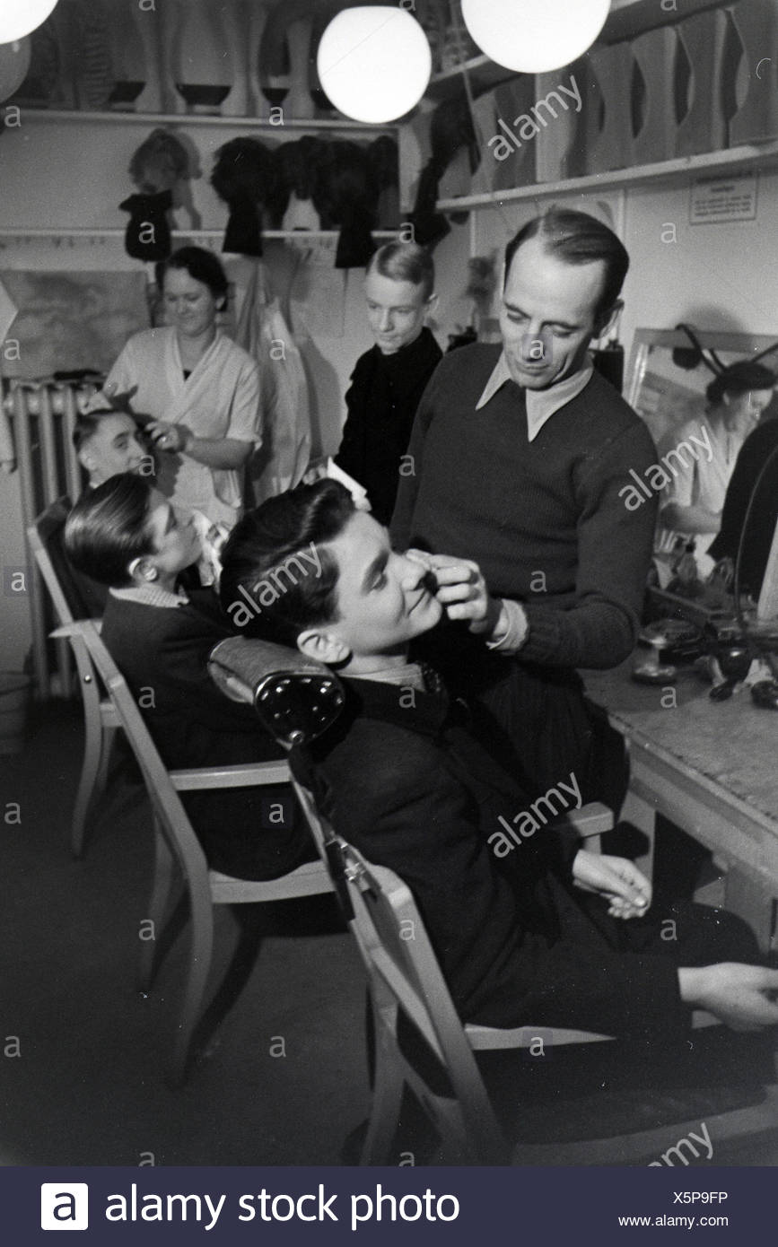 Schauspieler werden für die Probeaufnahmen für den Film Familienanschluss von Carl Boese geschminkt; Deutschland ca. 1940. Actors getting make-up for the audition for the film Familienanschluss by Carl Boese; Germany ca. 1940. - Stock Image