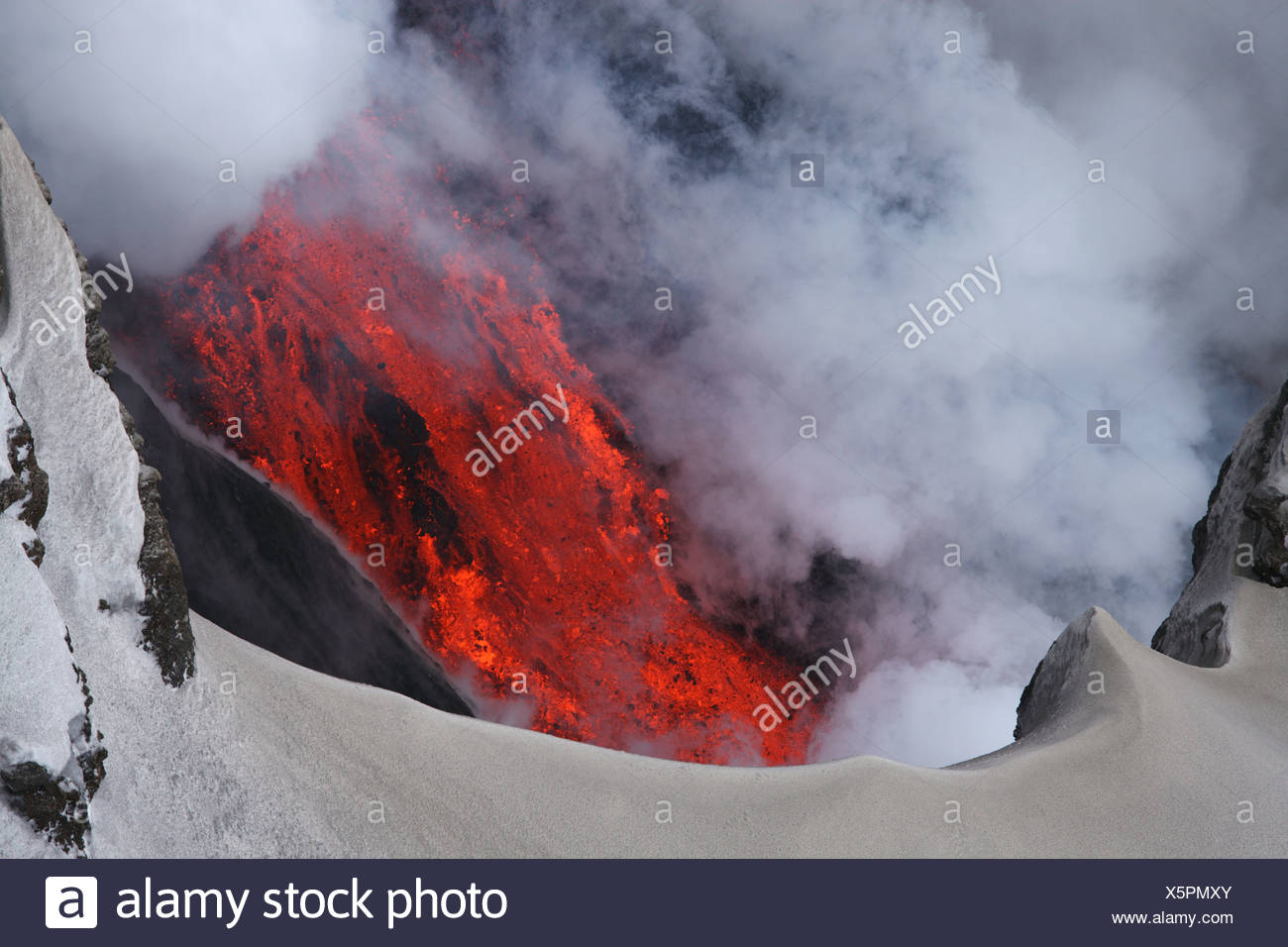 Molten lava flowing from Eyjafjallajokull, Fimmvorduhals, Iceland - Stock Image