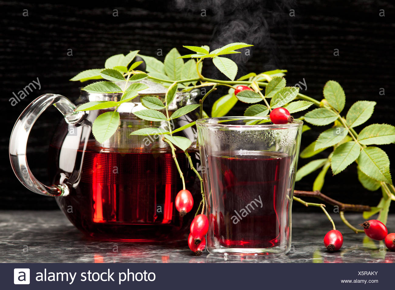 Heisser Hagebuttentee im Glas Stock Photo