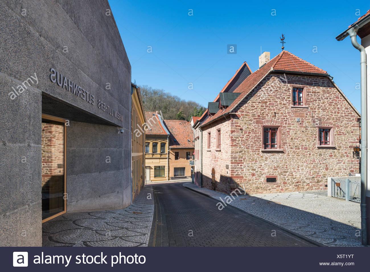 Luthers Elternhaus, lebte hier 1484-1497, rechts moderner Museumsneubau von 2014, Mansfeld-Lutherstadt, Sachsen-Anhalt, Deutschland - Stock Image