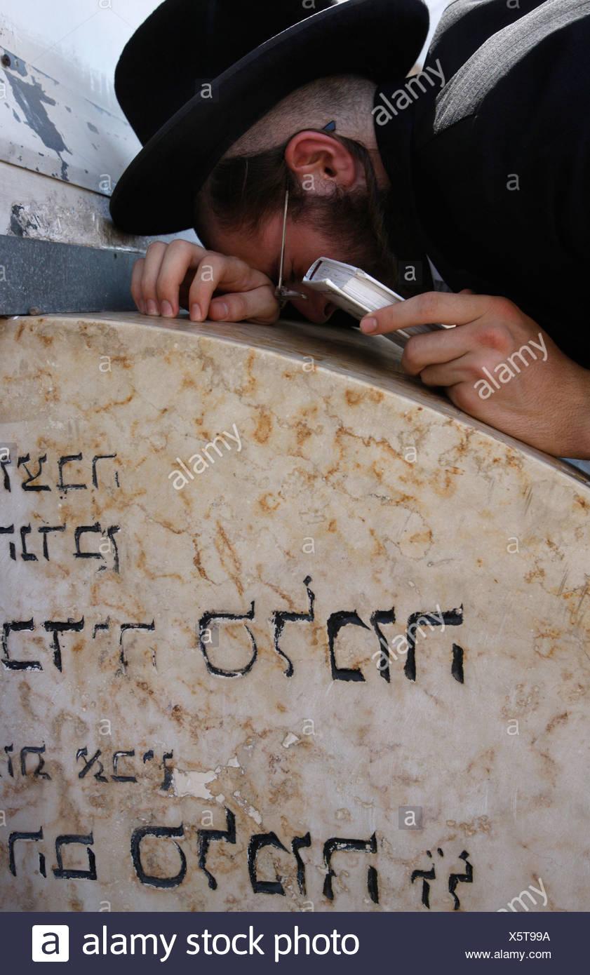 Israel Tibériade Belz hassidic Jew praying at Maimonides' tomb in Tiberias - Stock Image