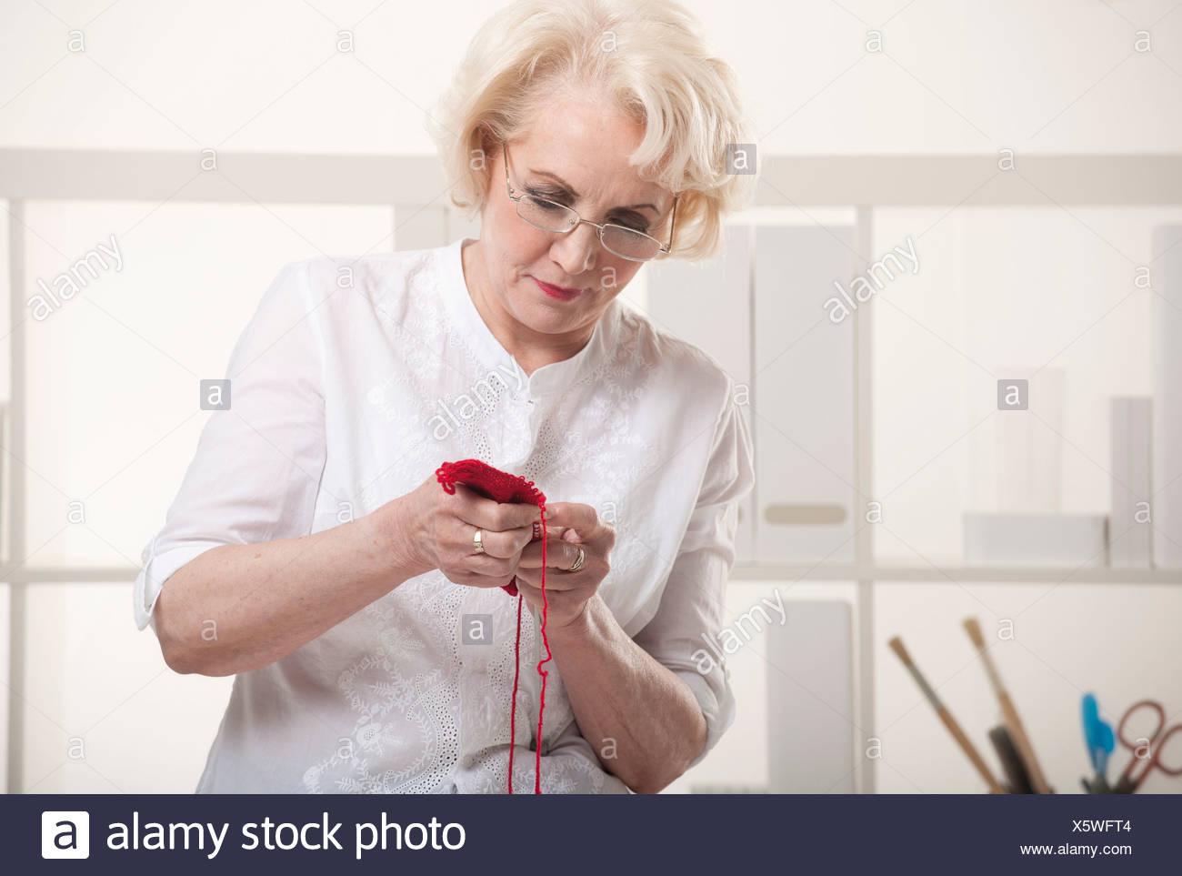 Senior woman knitting - Stock Image
