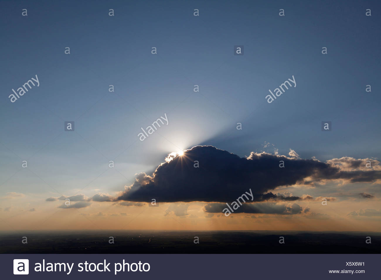 Aerial photo, Soest Boerde, sun with sun rays behind a cloud in the evening sky, Soest, Soest district, North Rhine-Westphalia - Stock Image
