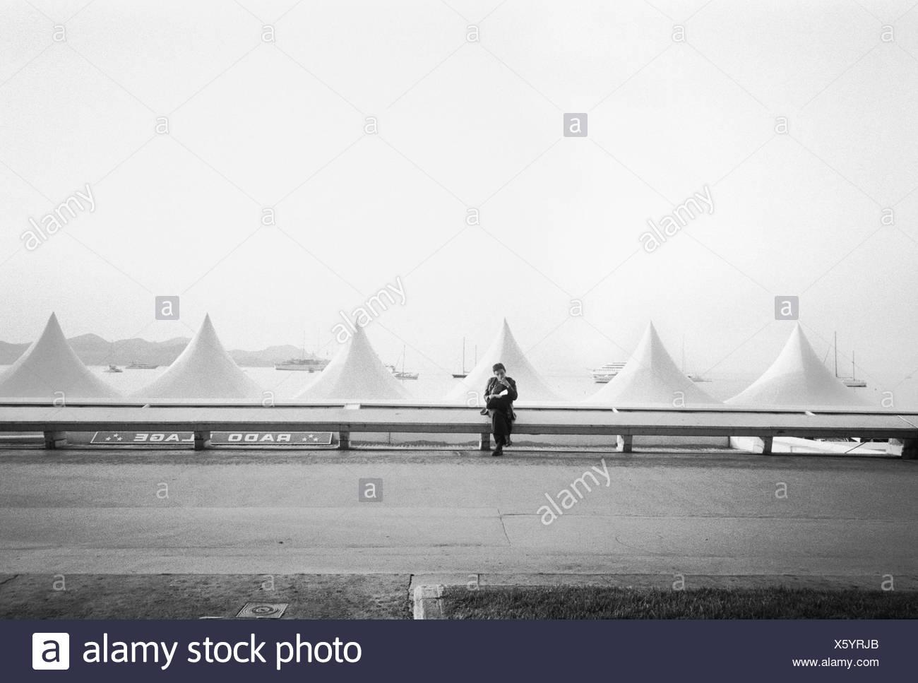Frankreich, Französische Riviera, Cannes,  Strandzelte, Cannes Film Festival, Person,  s/w no model release außen, Department Alpes-Maritimes, Kurbad, Seebad, Promenade, Uferpromenade, Strandpromenade, Meer, Mittelmeer, Kurort, Besucher, Geländer, Zelte, Strand, Strandfest, Filmfest, Veranstaltung, - Stock Image