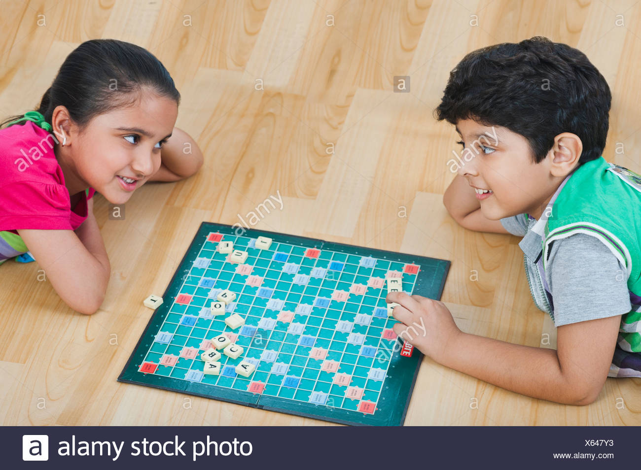 Children playing crossword puzzle game - Stock Image