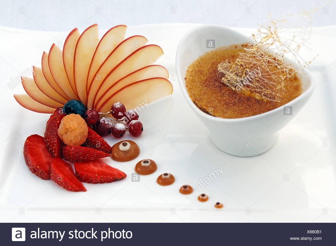 Dessert, tonka bean crème brûlée decorated with fruit, Haute Cuisine, Auberge de la Ferme Hueb, Mike Germershausen, Marckolsheim - Stock Image
