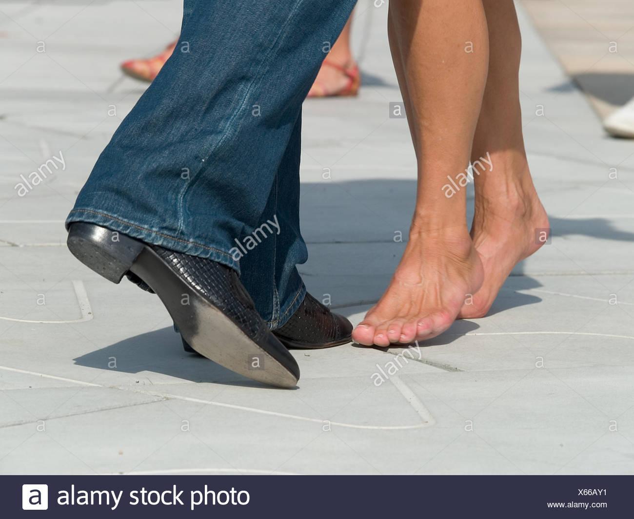 couple,barefoot,dancing - Stock Image