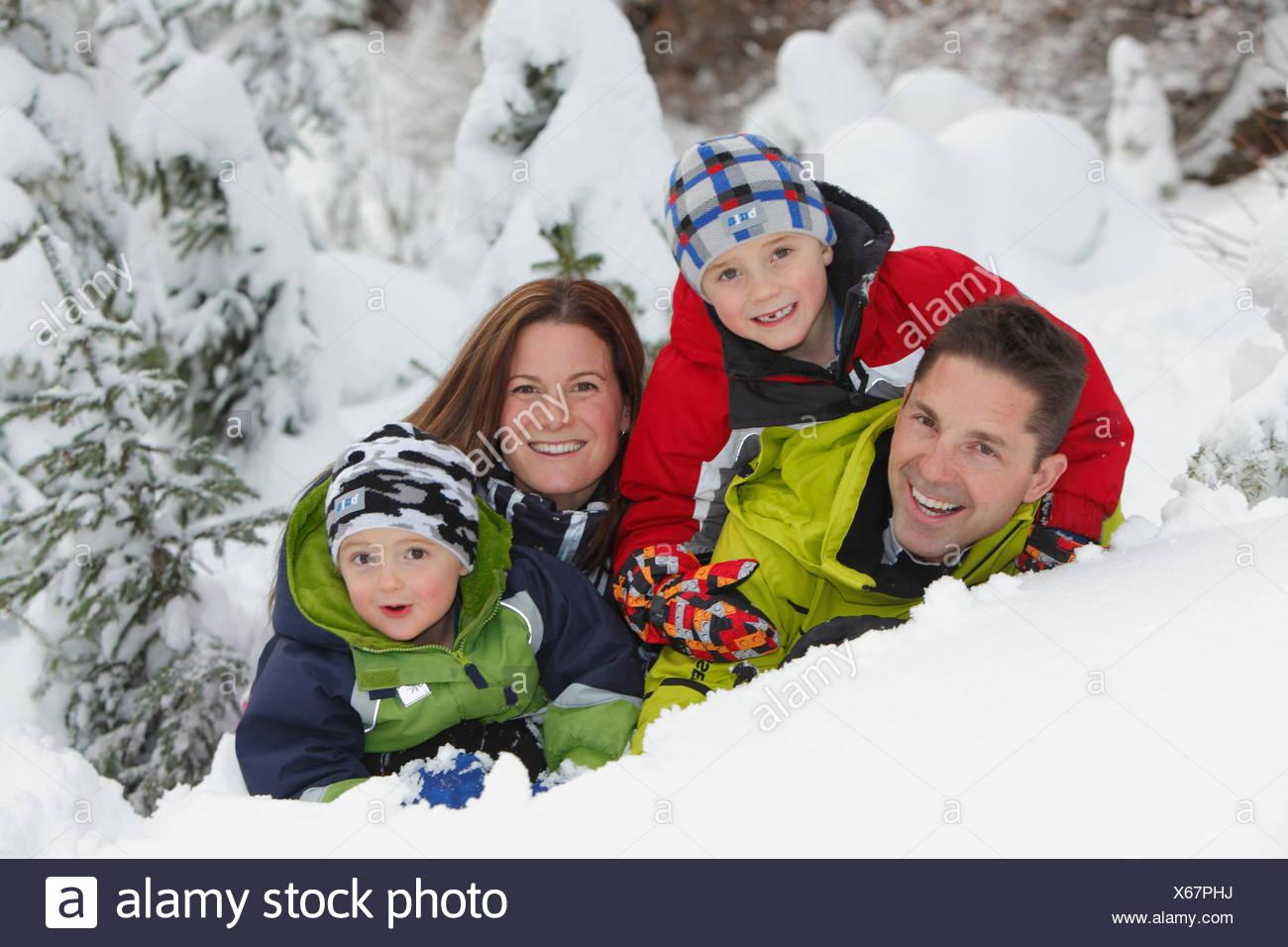 Family in snow at Silver Star Provincial Park, near Vernon, Okanagan, British Columbia, Canada - Stock Image