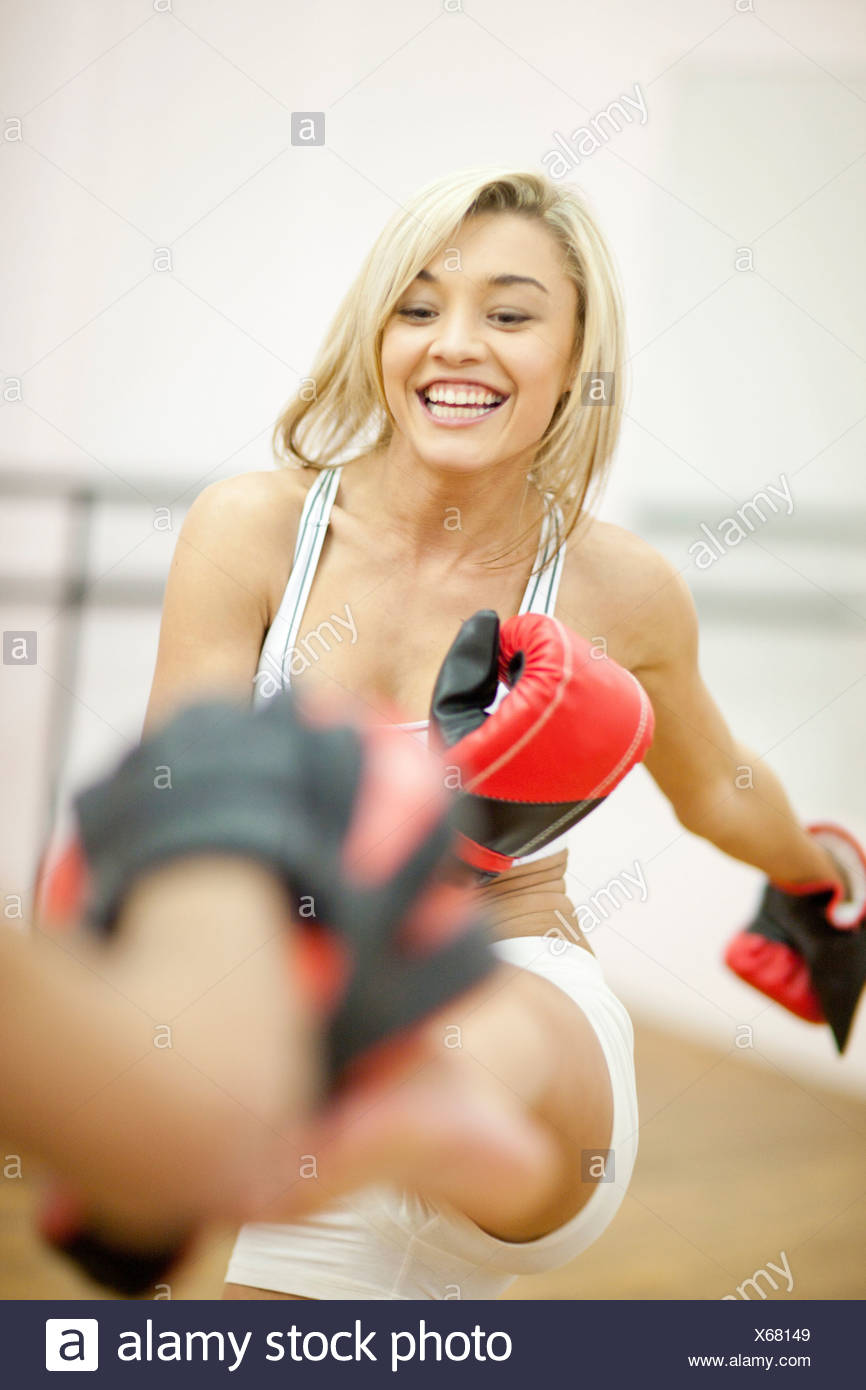 Young woman kickboxing - Stock Image