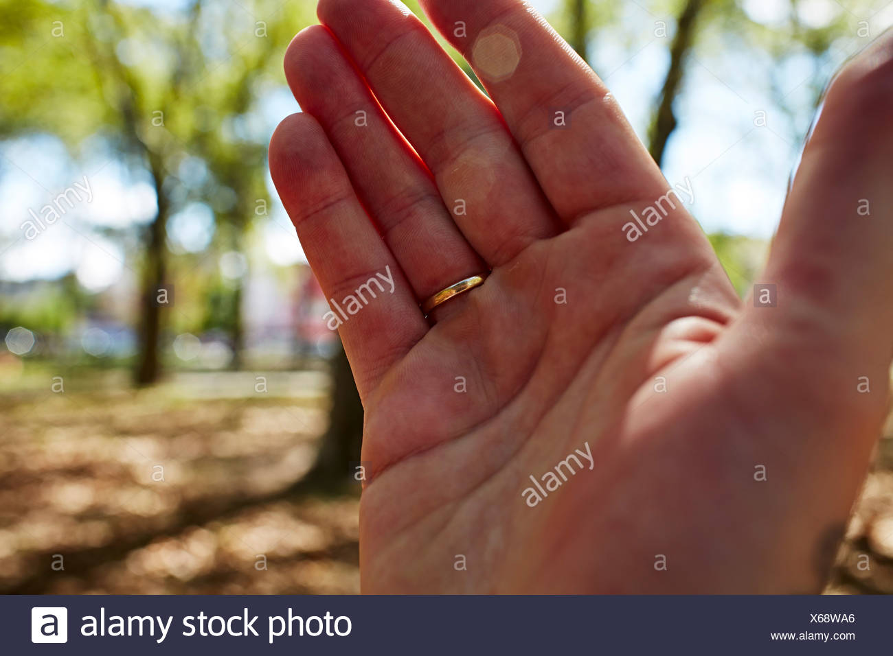 Man's hand with wedding ring, close up - Stock Image