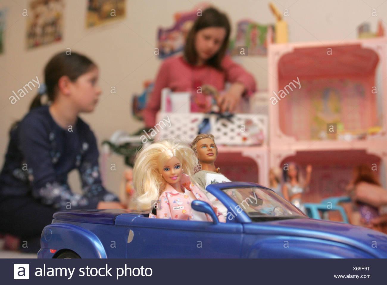 08.04.2005, DEU, Marlena (11) and Leonie (8) play with Barbie dolls - Stock Image