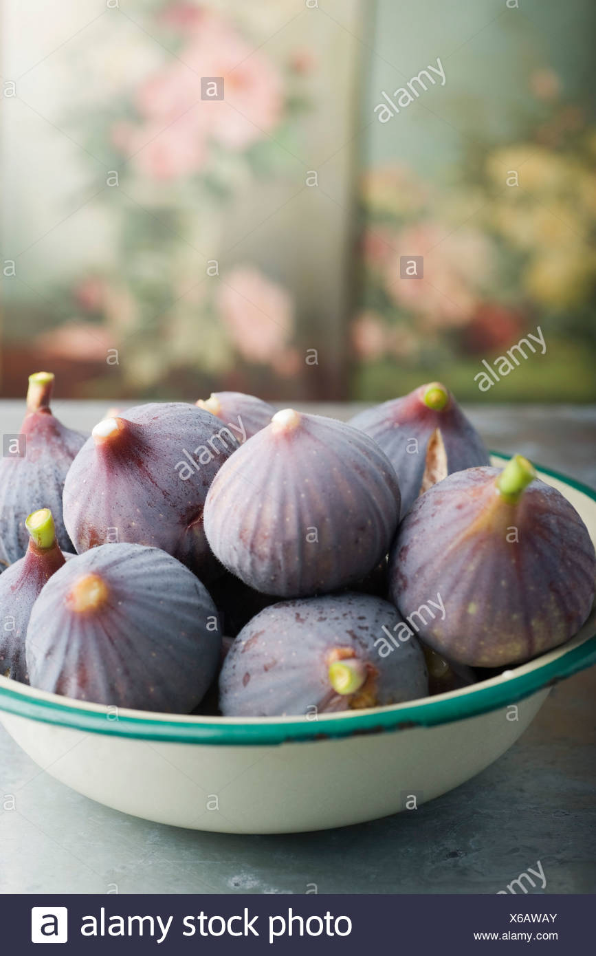 Bowl of ripe figs - Stock Image