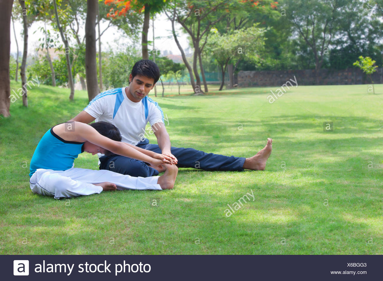 Father and son exercising in park - Stock Image