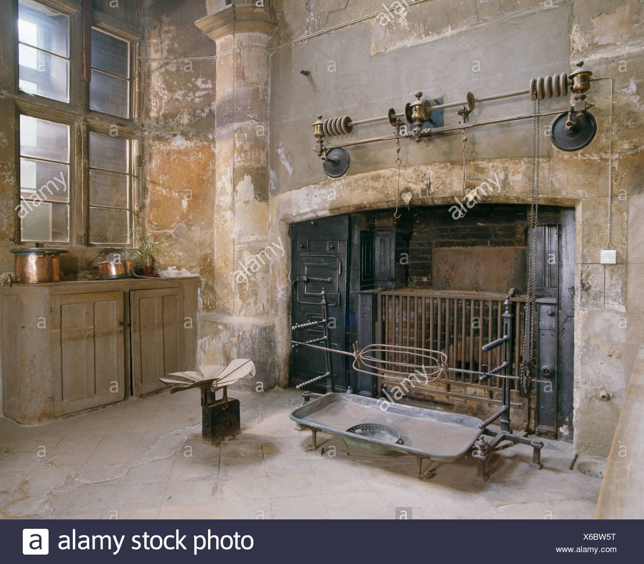 Etonnant Large Oven And Cooking Racks In Old Country Kitchen With Stone Walls