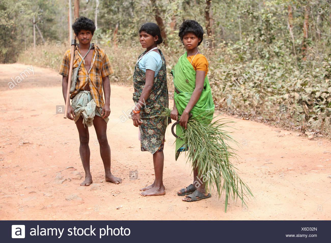 Tribal family, Abhuj Maria tribe. Rainpul forest, Orrcha, Chattisgadh, India - Stock Image