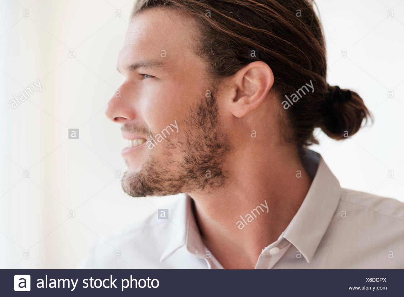 Mid-adult man looking away - Stock Image