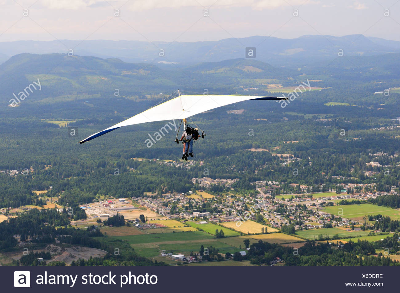 Two guys in a tandem hang glider near Mt. Prevost in Duncan, BC. - Stock Image
